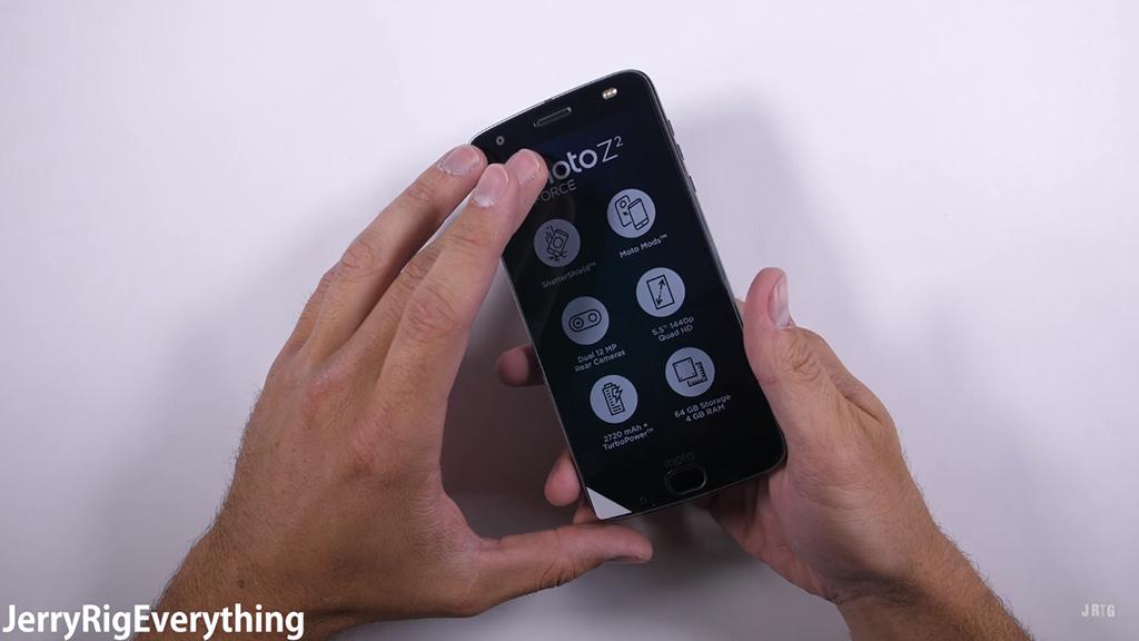 Kiểm tra độ bền của Moto Z2 Force: Một smartphone rất cứng cáp nhưng cần miếng dán bảo vệ màn hình