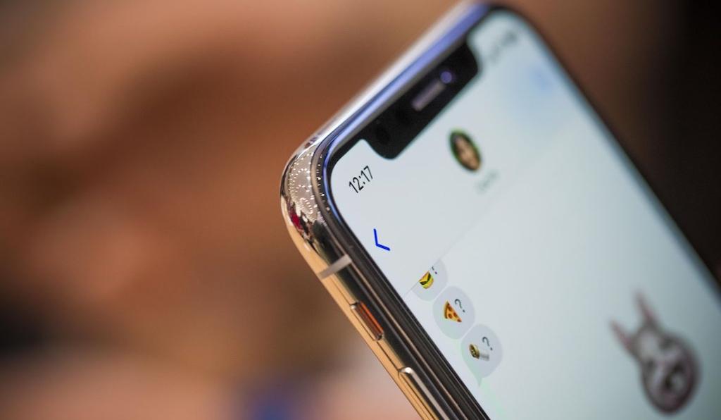 Dù được cung cấp bởi chính Samsung, nhưng màn hình của iPhone X không sáng bằng Galaxy S8