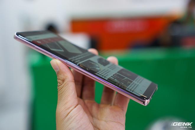 Viền kim loại cũng được phủ màu hồng tạo một thể thống nhất đẹp mắt.