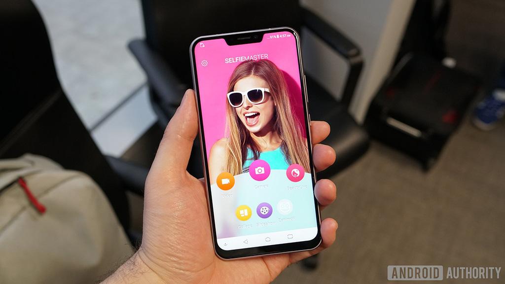 Cận cảnh ASUS ZenFone 5 với thiết kế màn hình tai thỏ và camera kép đặt dọc như iPhone X