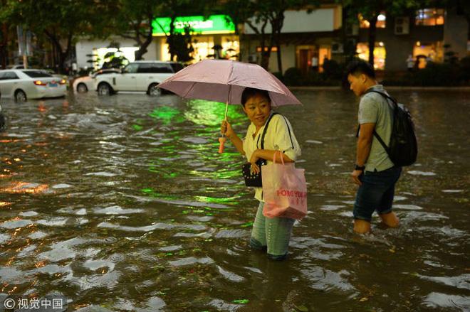 Bão lớn khiến hải sản tươi sống trút xuống như mưa trên đường phố Trung Quốc