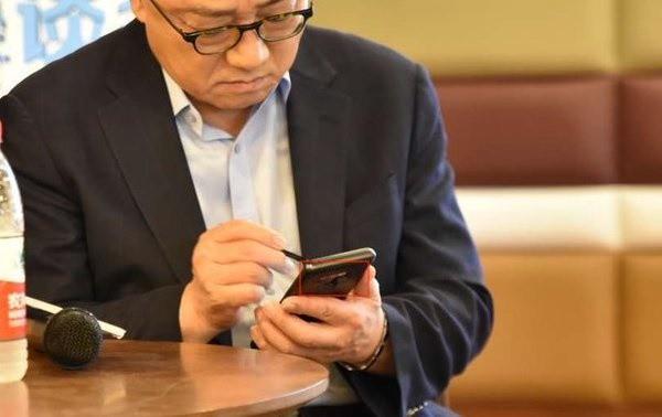 CEO Samsung bất ngờ bị bắt gặp sử dụng Galaxy Note 9 tại nơi công cộng