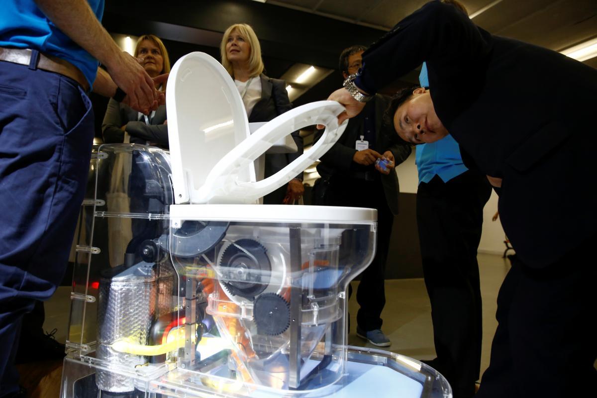 Nano Membrane Toilet: toilet kiểu mới của Bill Gates, có thể tách nước từ phân và không để lại mùi
