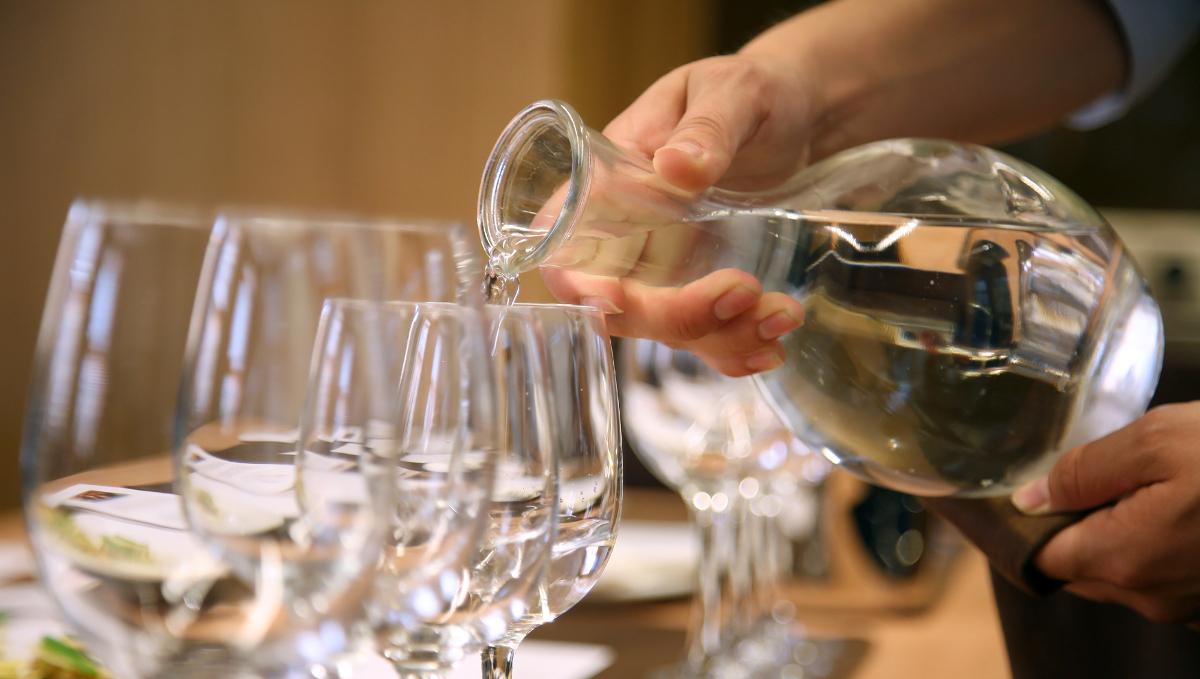 Nhà hàng tại Bỉ phục vụ khách nước uống được tái chế từ nhà vệ sinh