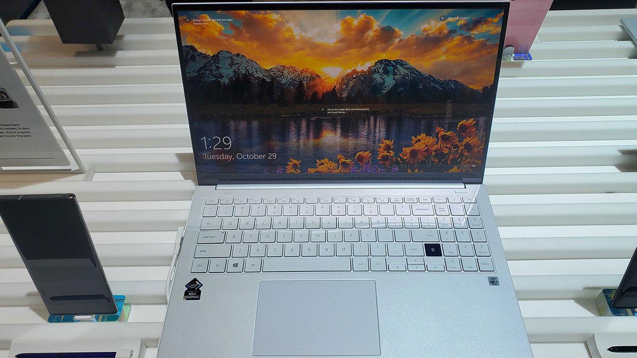Samsung ra mắt bộ đôi Galaxy Book mới: Laptop đầu tiên trên thế giới sử dụng màn hình QLED, sạc ngược không dây bằng touchpad