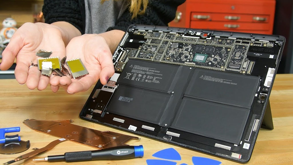 Chip ARM 2 năm tuổi của Apple có điểm hiệu năng cao hơn chip của Qualcomm trên Surface Pro X